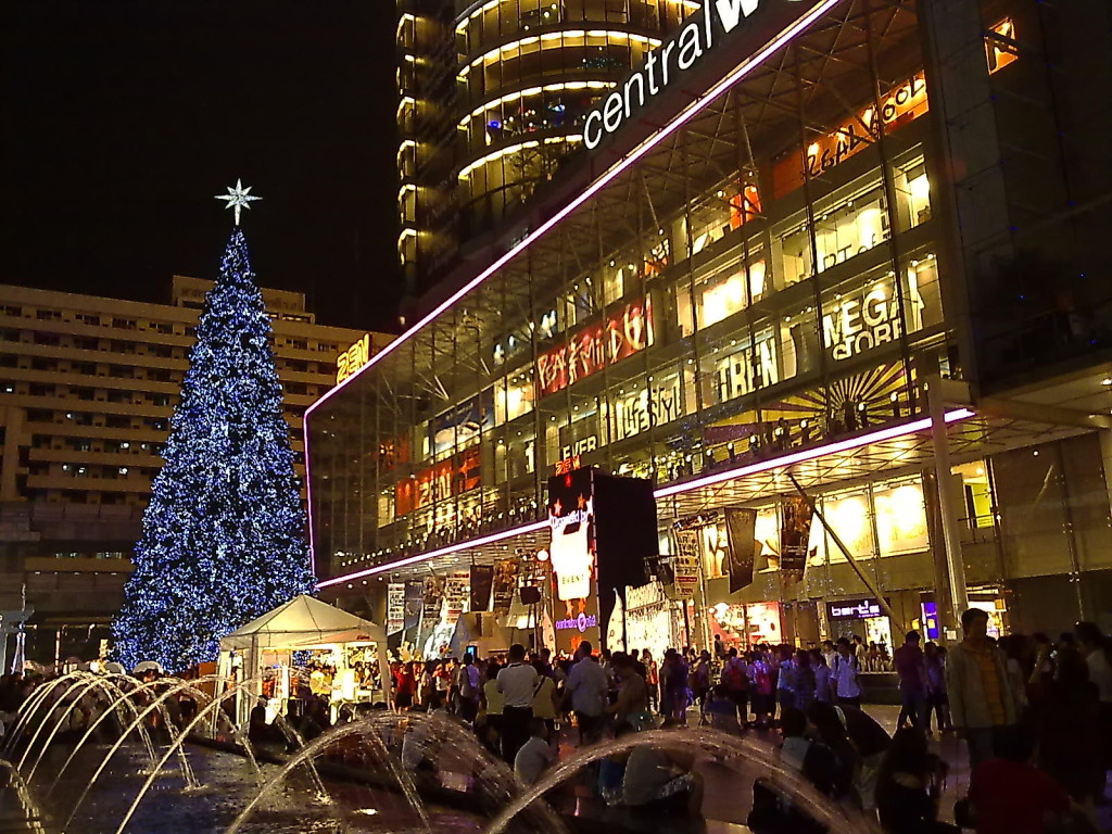 New Year's Eve countdown at Central World, Bangkok - photo by Honou