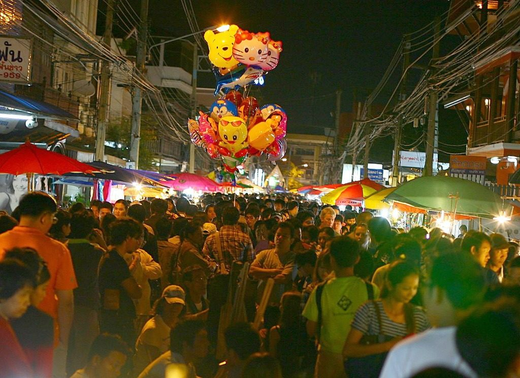 Wua Lai Saturday night walking street market in Chiang Mai, Thailand - photo by Heiko S