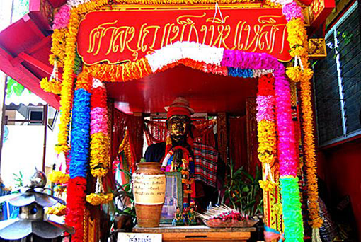 Image of Boonpeng's spirit shrine at Wat Pasi from https://mgronline.com/onlinesection/detail/9620000030450