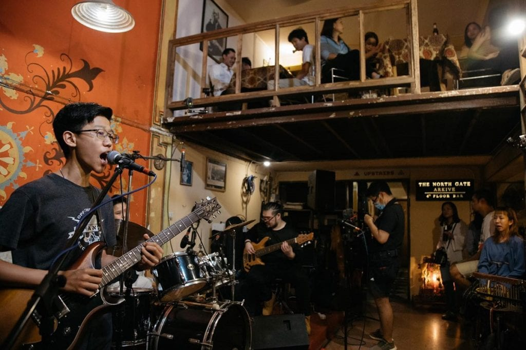 Enjoy live music is one of the things to do in Chiang Mai at night.